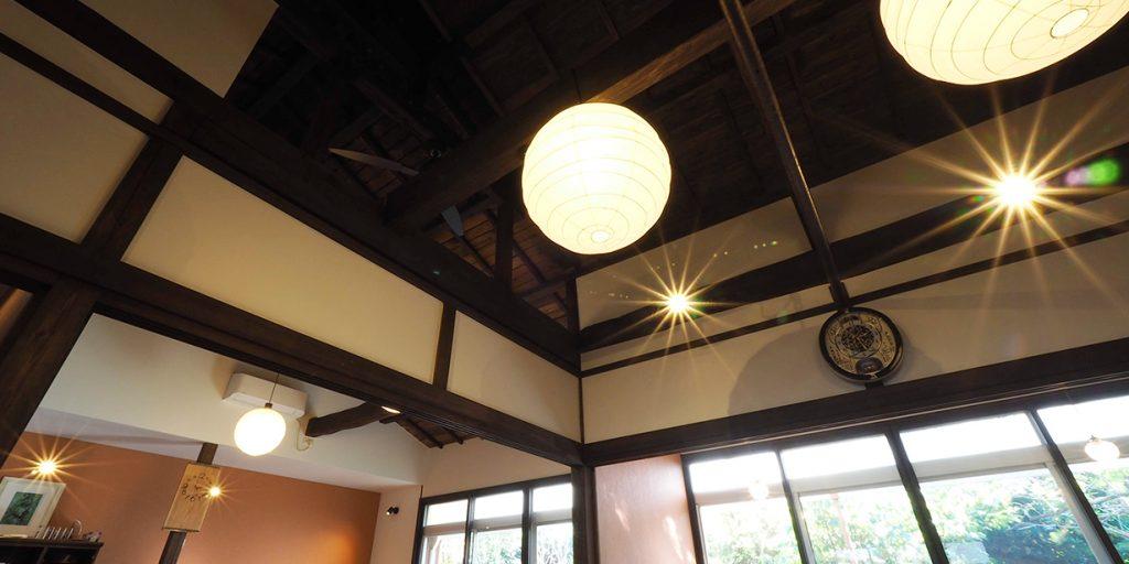 レトロモダンな作り、高い天井が落ち着く空間です